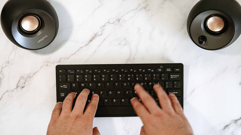 Melhor técnica para aprender como digitar mais rápido em um mês